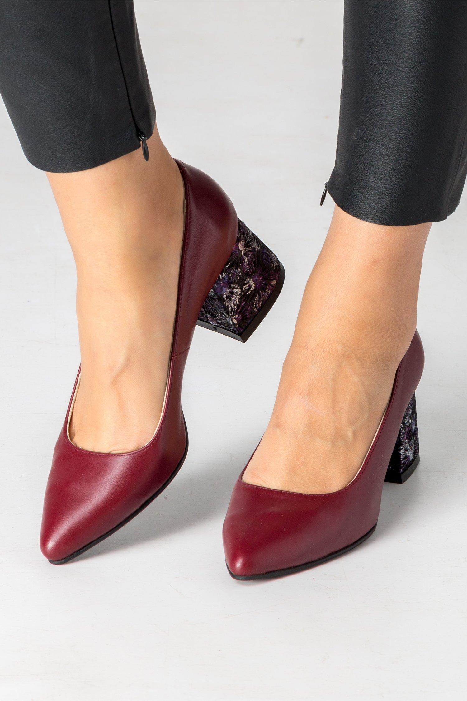 Pantofi grena cu toc jos si insertii florale