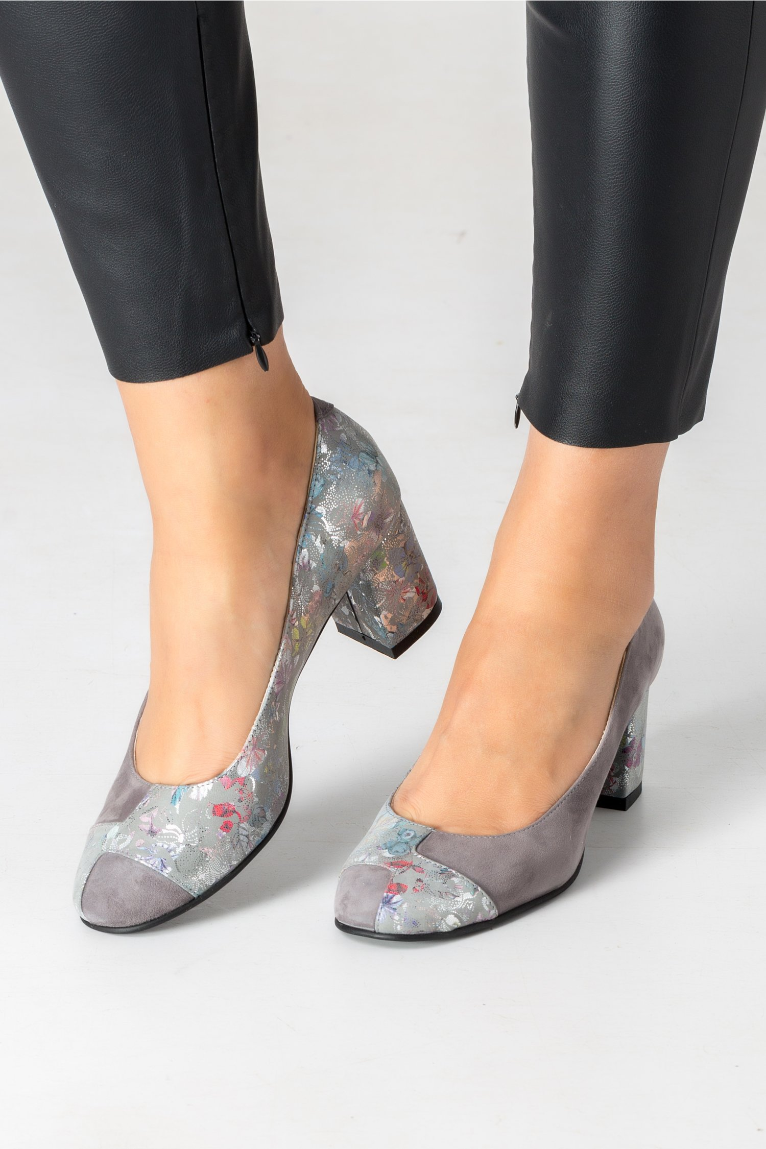 Pantofi gri cu imprimeu floral