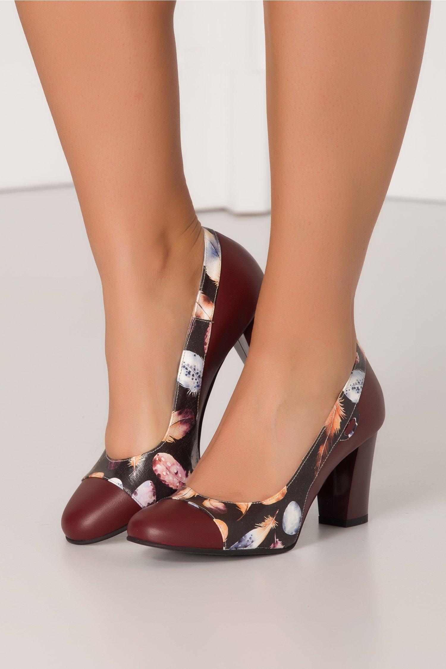 Pantofi Iris grena cu imprimeu cu pene