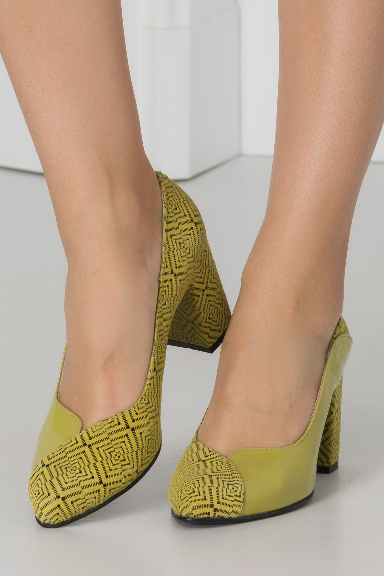 Pantofi lacuiti verde lime cu insertie din piele intoarsa imprimata lateral