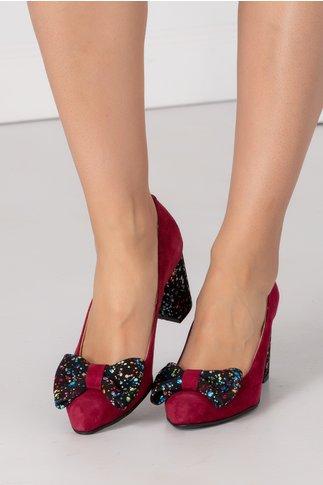 Pantofi magenta din piele intoarsa cu toc gros si buline colorate