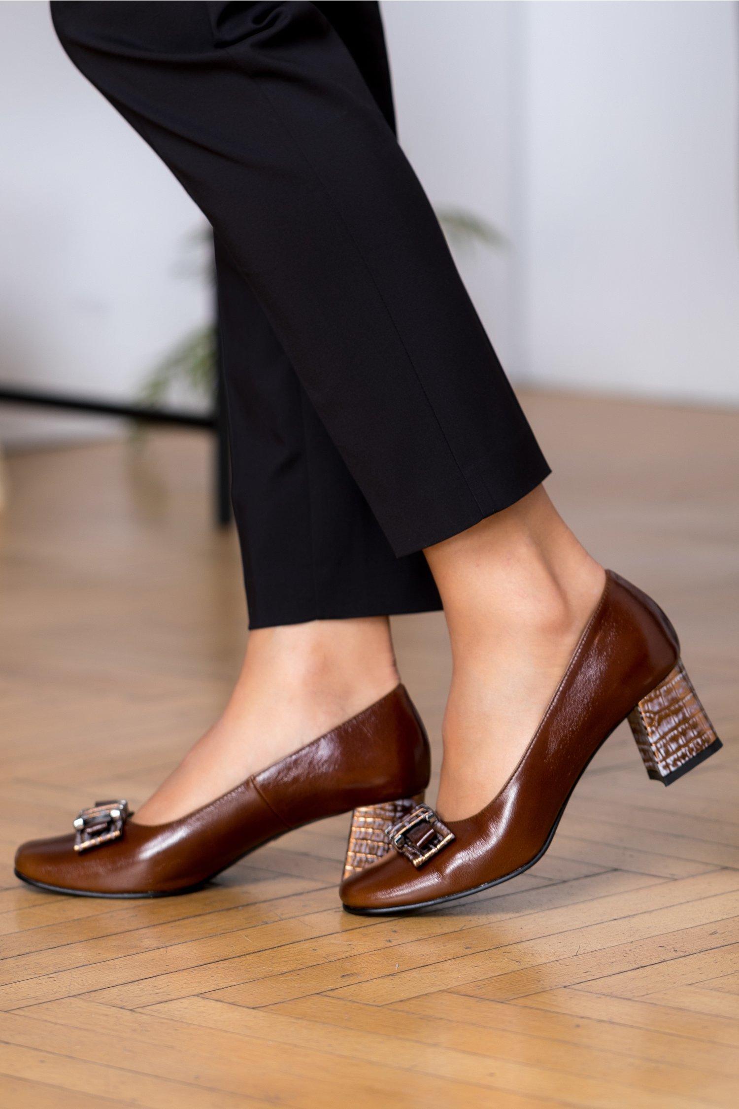 Pantofi maro cu fundita si toc auriu metalizat