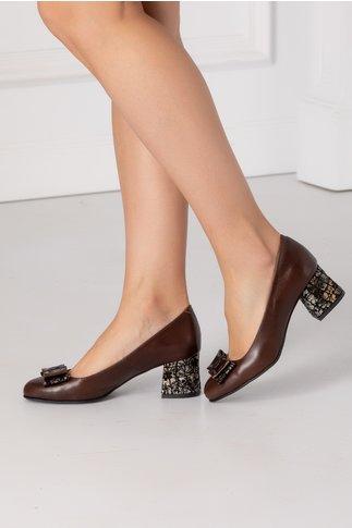 Pantofi maro cu insertii pe toc si fundita in fata