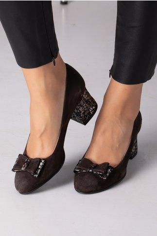 Pantofi maro din piele intoarsa cu insertii pe toc si fundita in fata