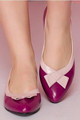 Pantofi mov cu toc jos cu detalii in relief si fundita roz pe varf