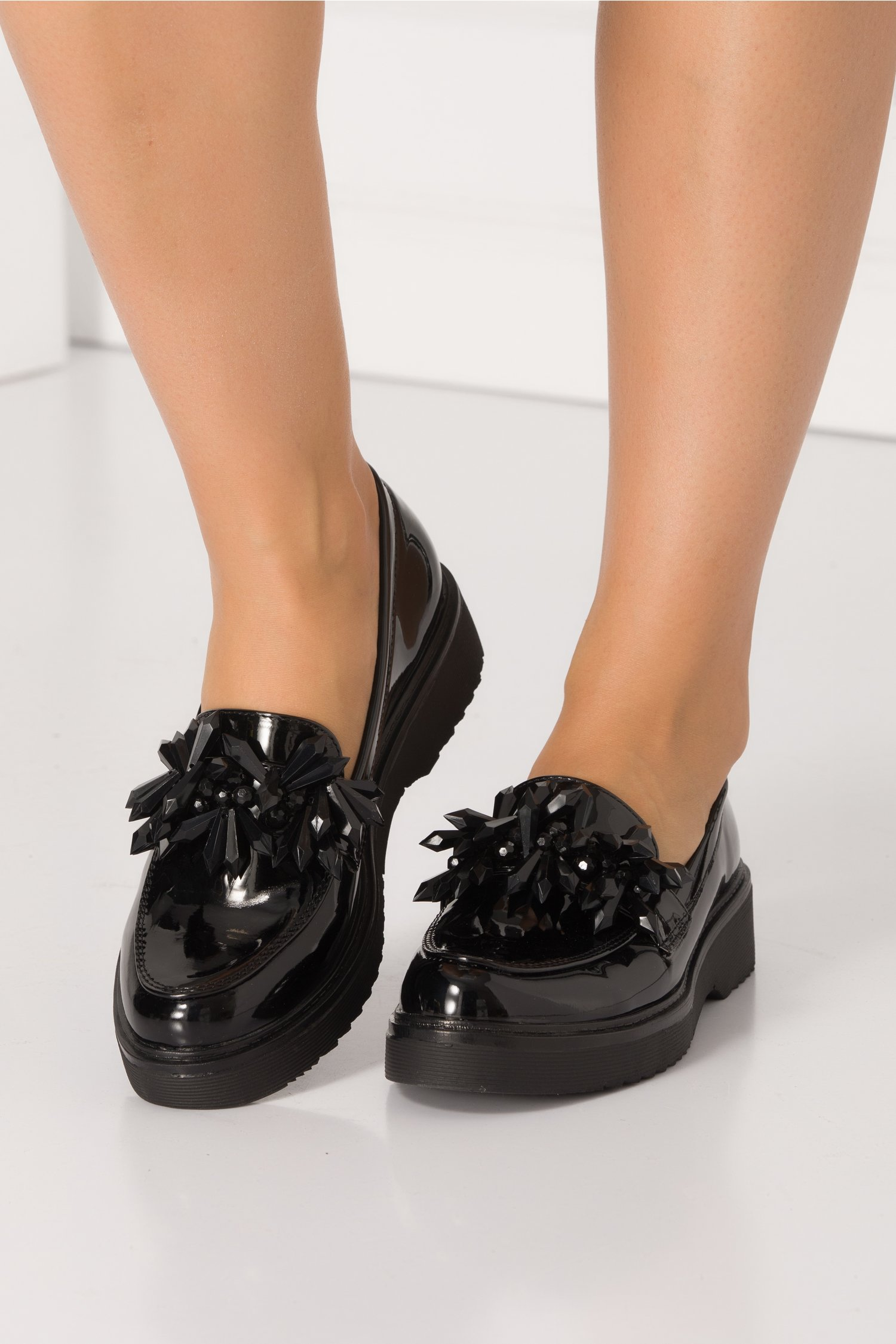Pantofi negri cu aplicatii stil margele maxi