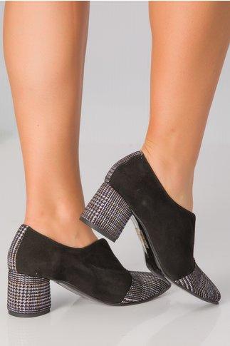 Pantofi negri cu decupaj si imprimeu pe toc si varf