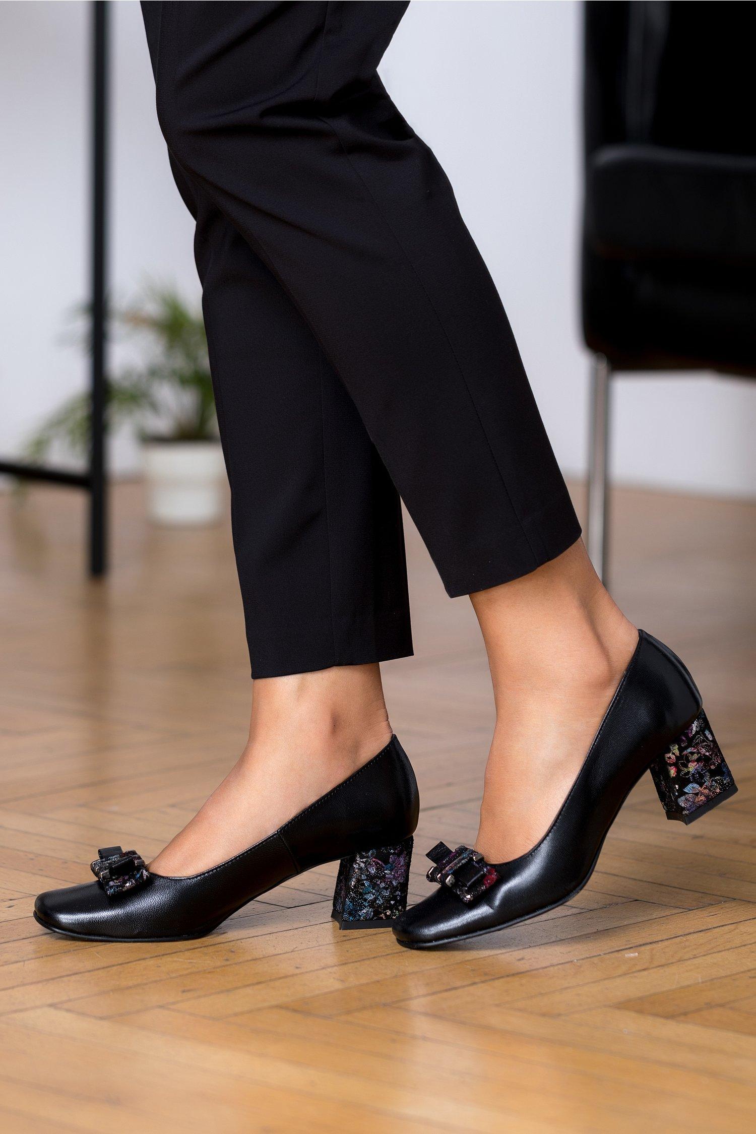 Pantofi negri cu fundita si toc cu motive florale si sclipici