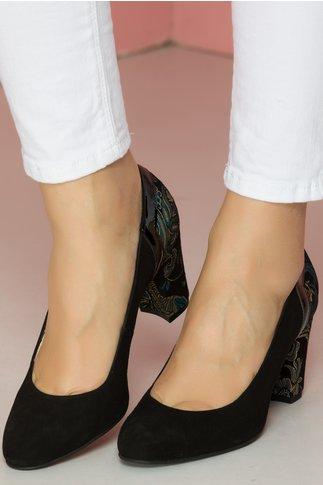 Pantofi negri cu imprimeu multicolor la spate si pe toc