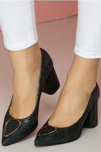 Pantofi negri cu reflexii stralucitoare si aplicatie metalica pe varf