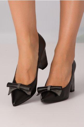 Pantofi negri de piele cu material aplicat pe toc