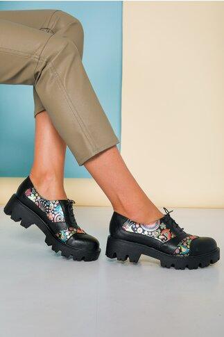 Pantofi negri din piele cu talpa groasa si imprimeu multicolor