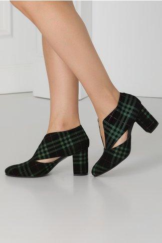 Pantofi negri din piele intoarsa cu carouri verzi