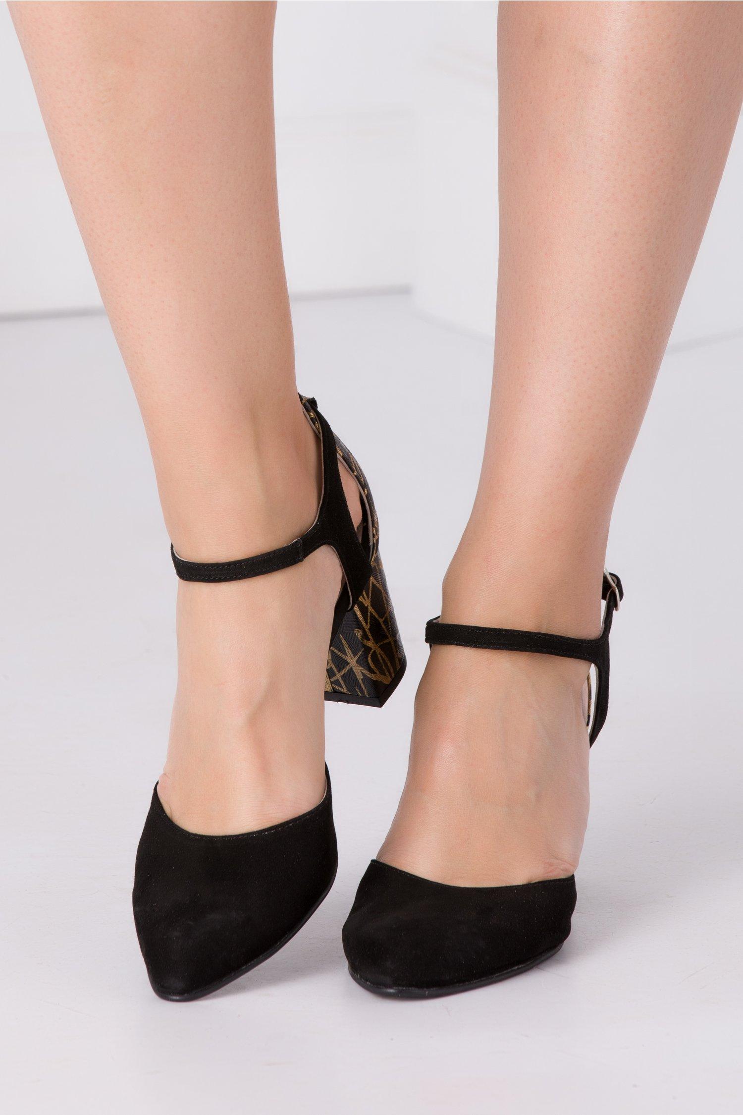 Pantofi negri din piele intoarsa cu motive aurii la spate