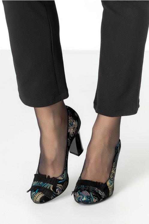 Pantofi negri eleganti cu imprimeu floral si franjuri negrii