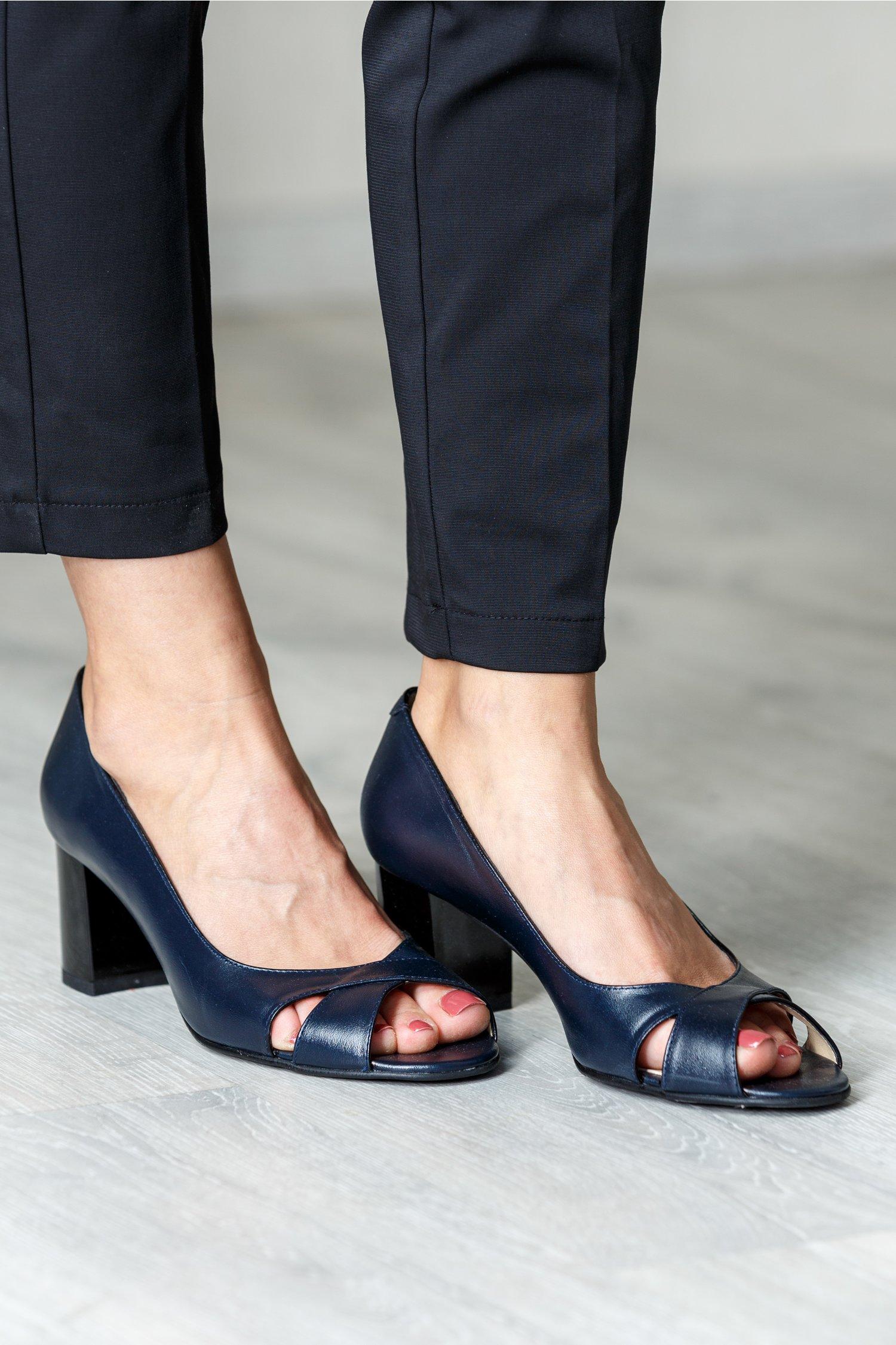Pantofi bleumarin eleganti cu toc mediu si decupaj