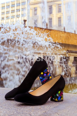 Pantofi negri eleganti cu toc mediu si varful usor ascutit