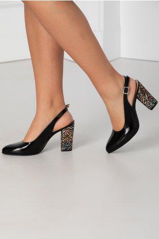 Pantofi negri lacuiti cu decupaj la spate si toc cu imprimeuri