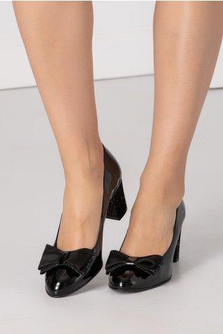 Pantofi negri lacuiti cu funda din piele intoarsa in fata