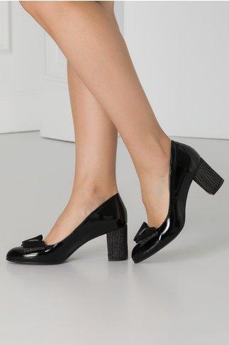 Pantofi negri lacuiti cu funda din piele intoarsa in fata si insertii pe toc