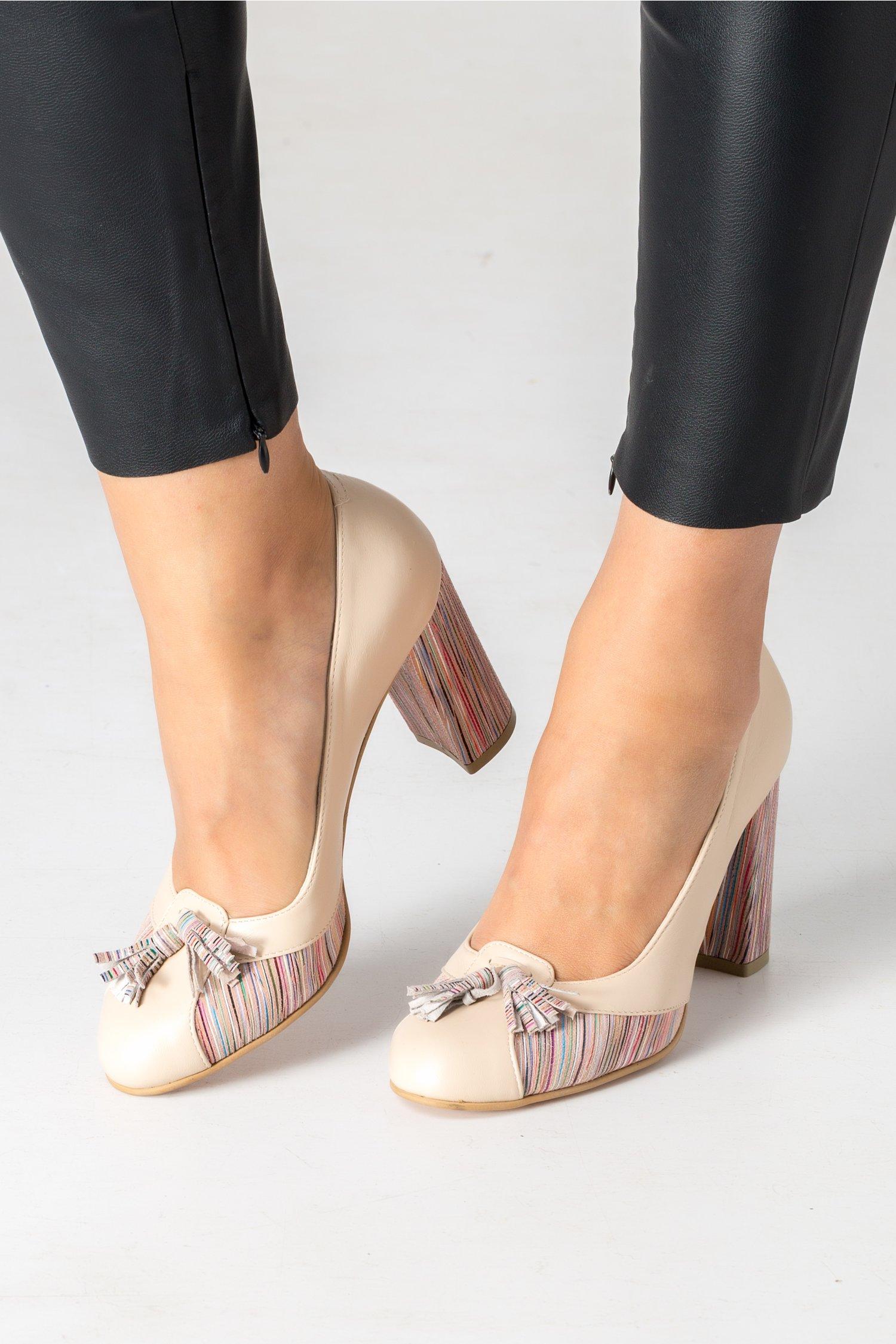 Pantofi nude cu ciucurei si dungi colorate