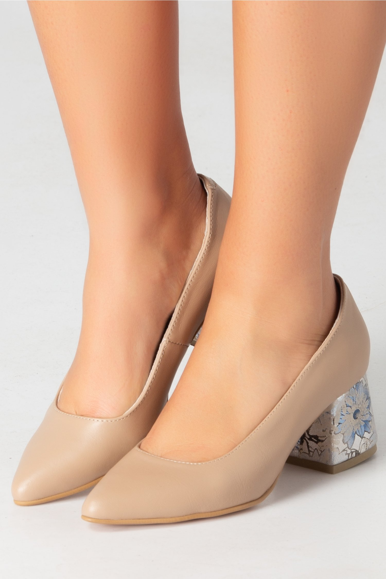 Pantofi nude cu toc jos si insertii florale