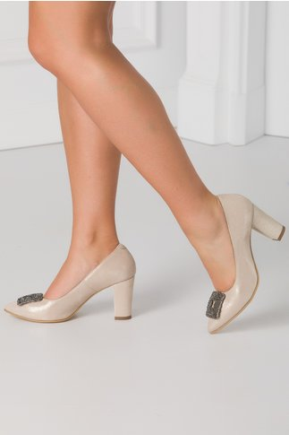 Pantofi nude sidefat cu accesoriu metalic in fata