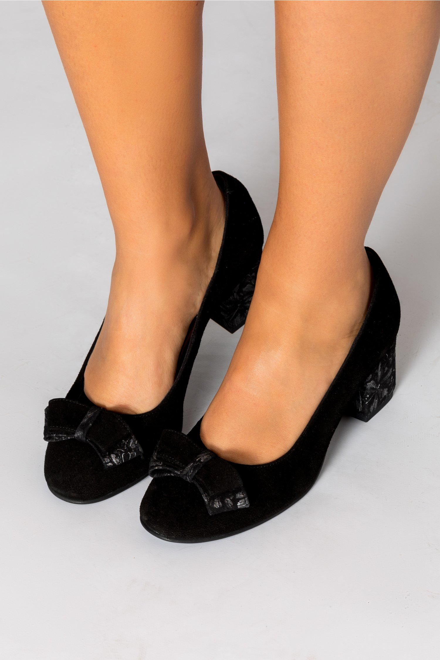 Pantofi Osir negrii cu detalii florale pe toc si funda
