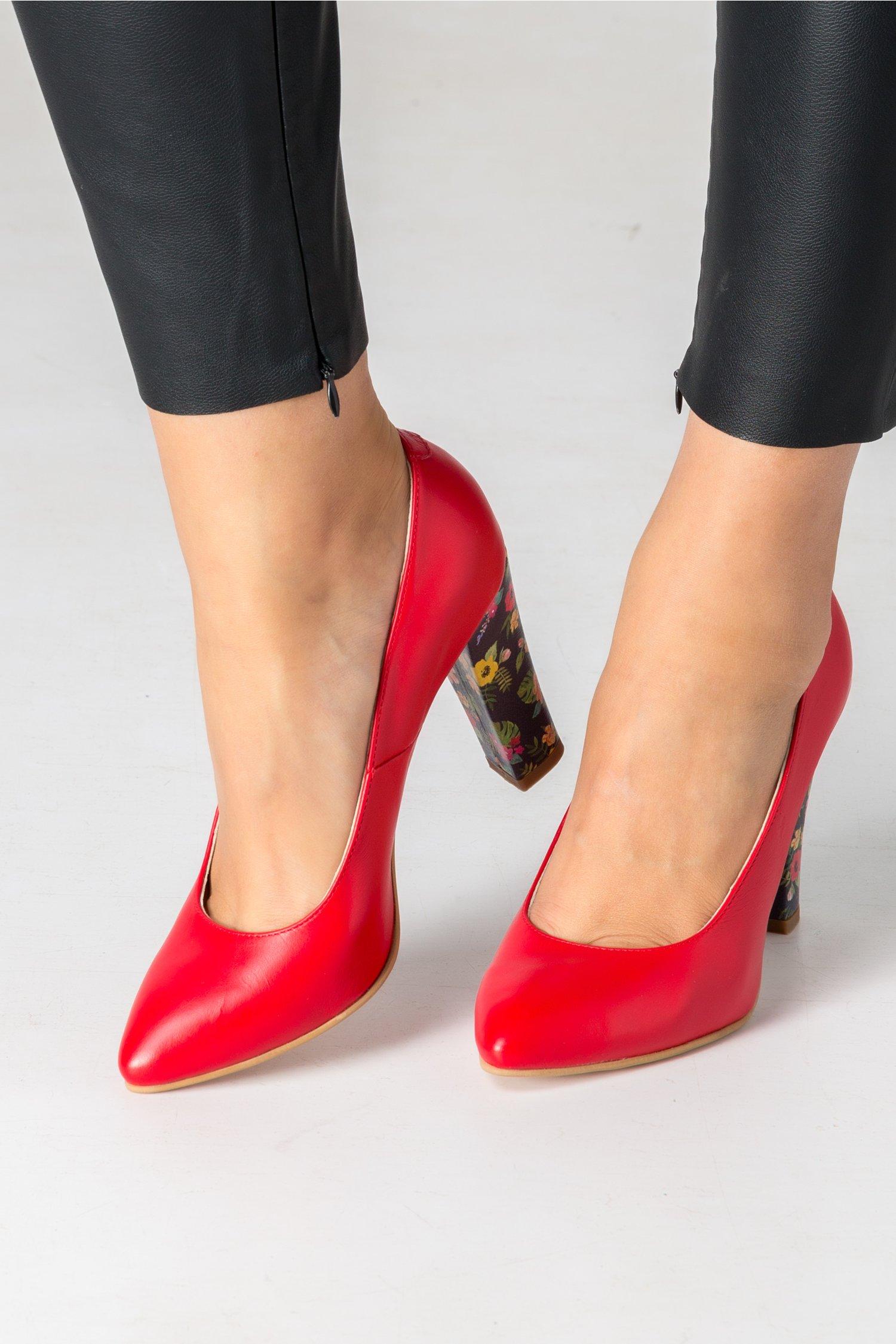 Pantofi rosi cu imprimeu floral pe toc