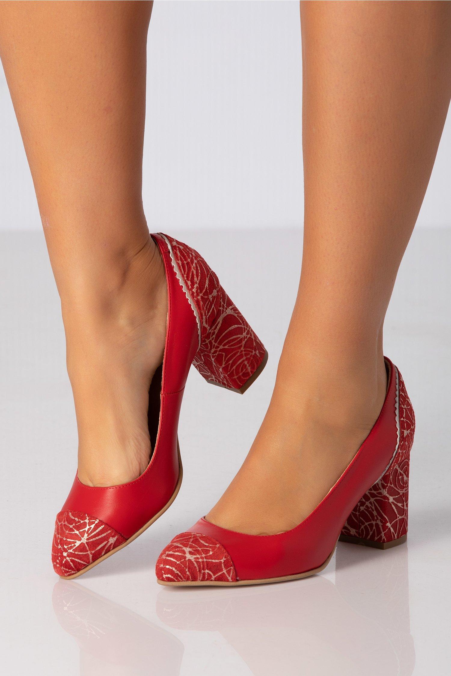 Pantofi rosii cu insertii argintii in zona varfului si a tocului