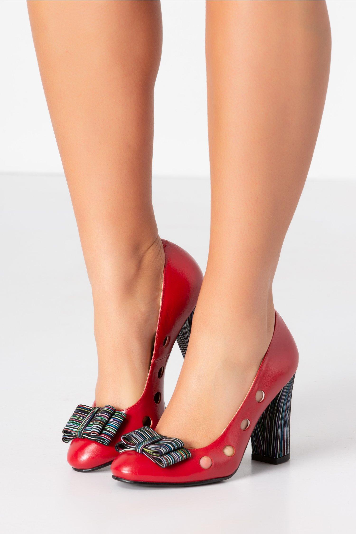 Pantofi rosii cu perforatii si dungi