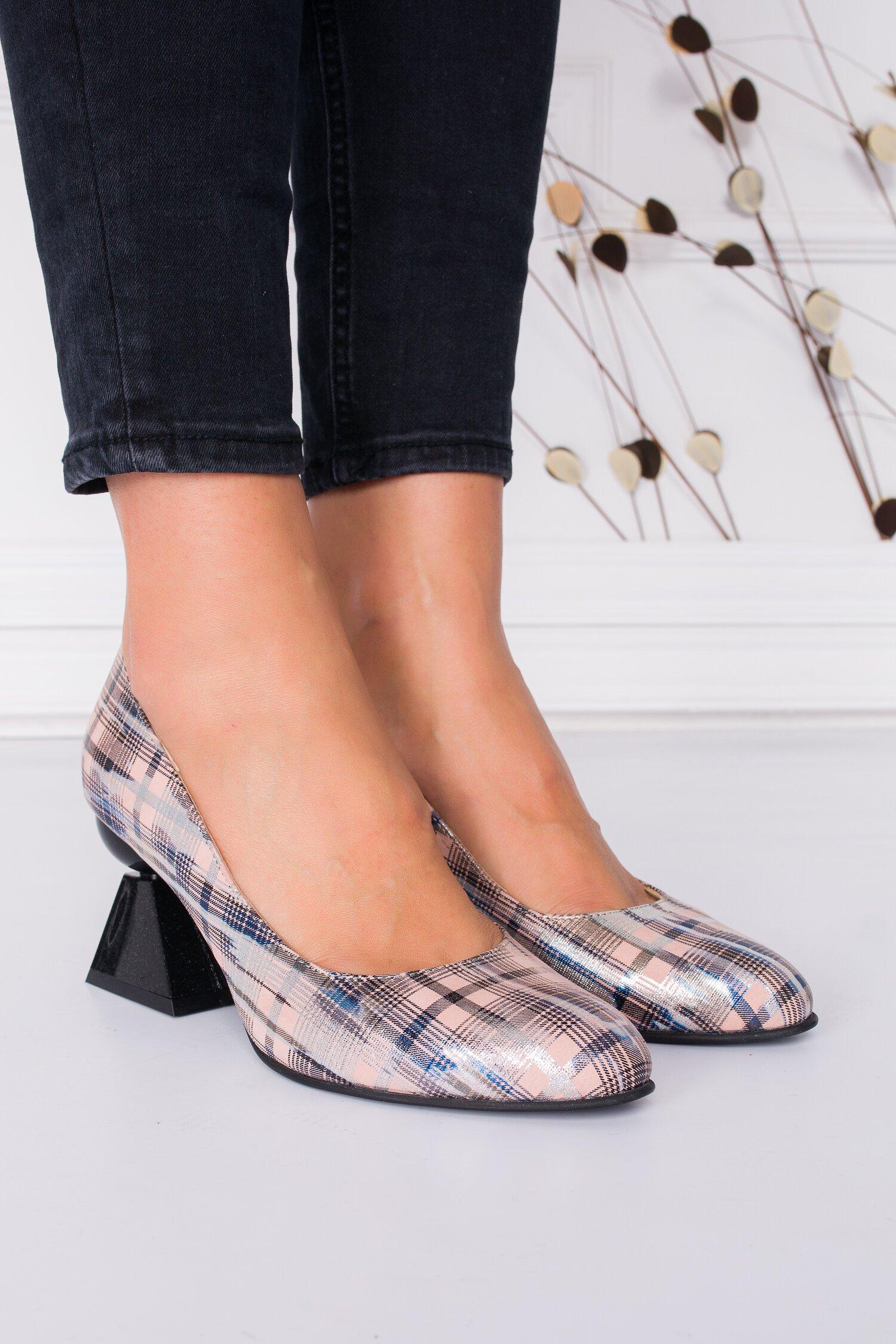 Pantofi roze cu imprimeu stralucitor in carouri imagine