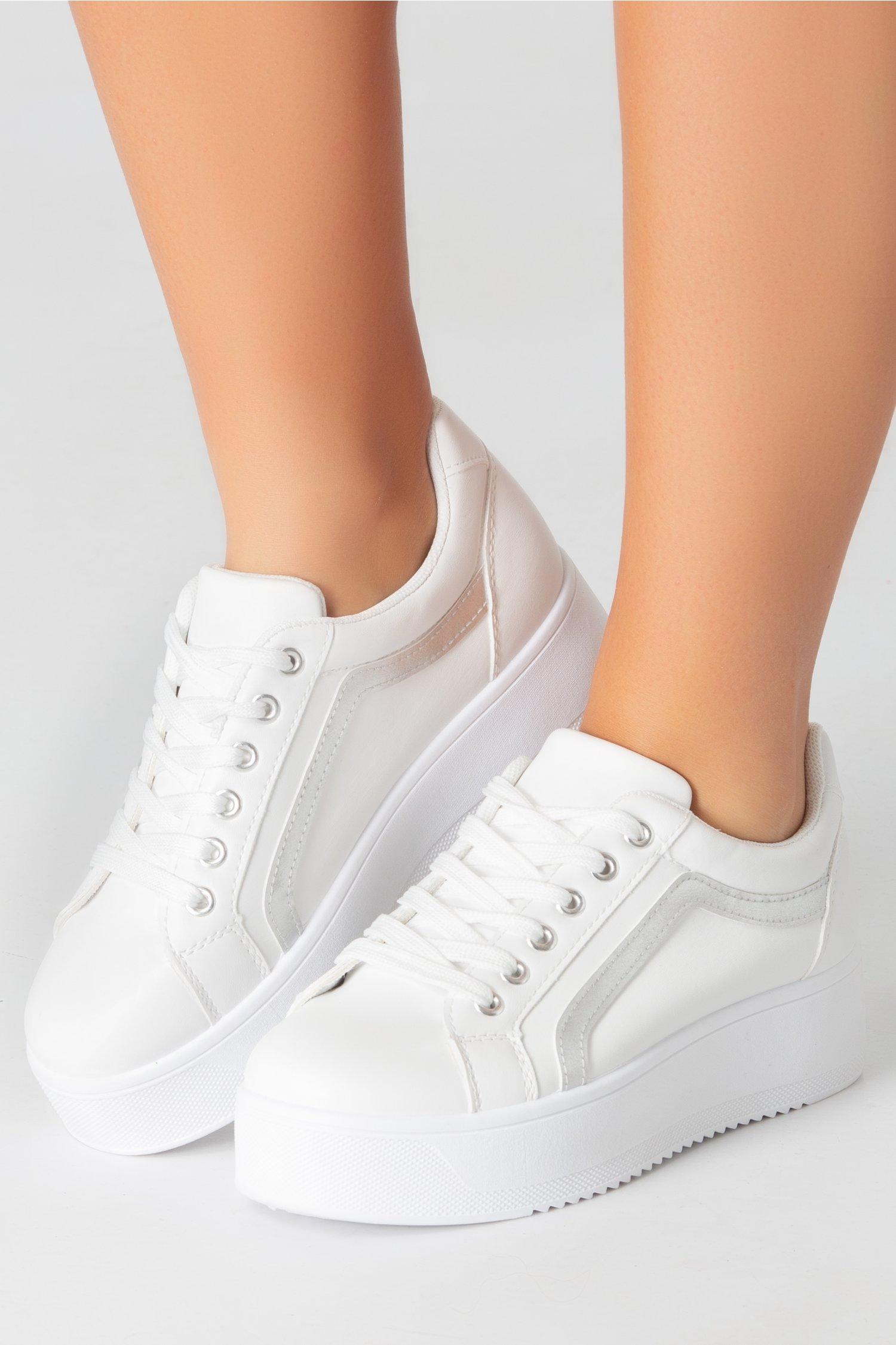 Pantofi sport albi cu dunga argintie si talba groasa