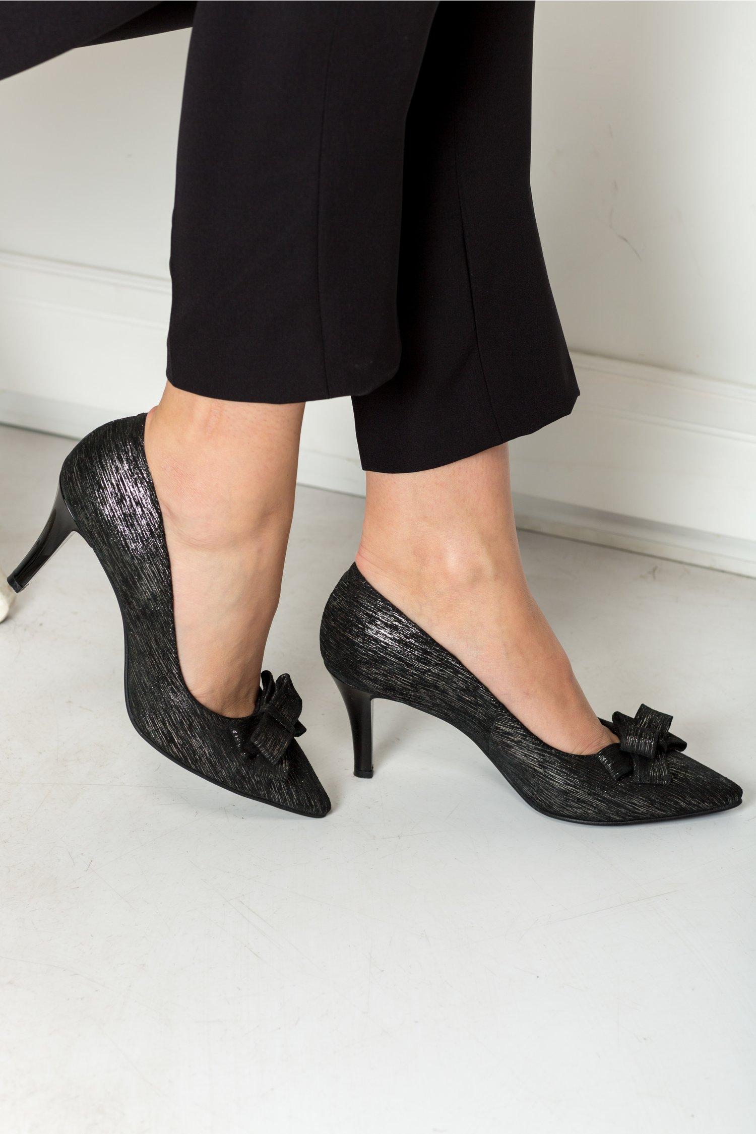 Pantofi stiletto negri cu funda si insertii aurii