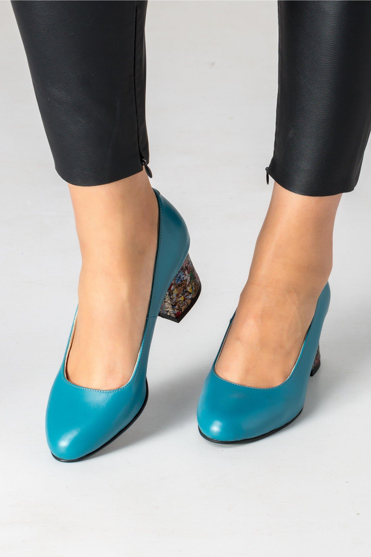 Pantofi turcoaz cu insertii aurii si flori pe toc
