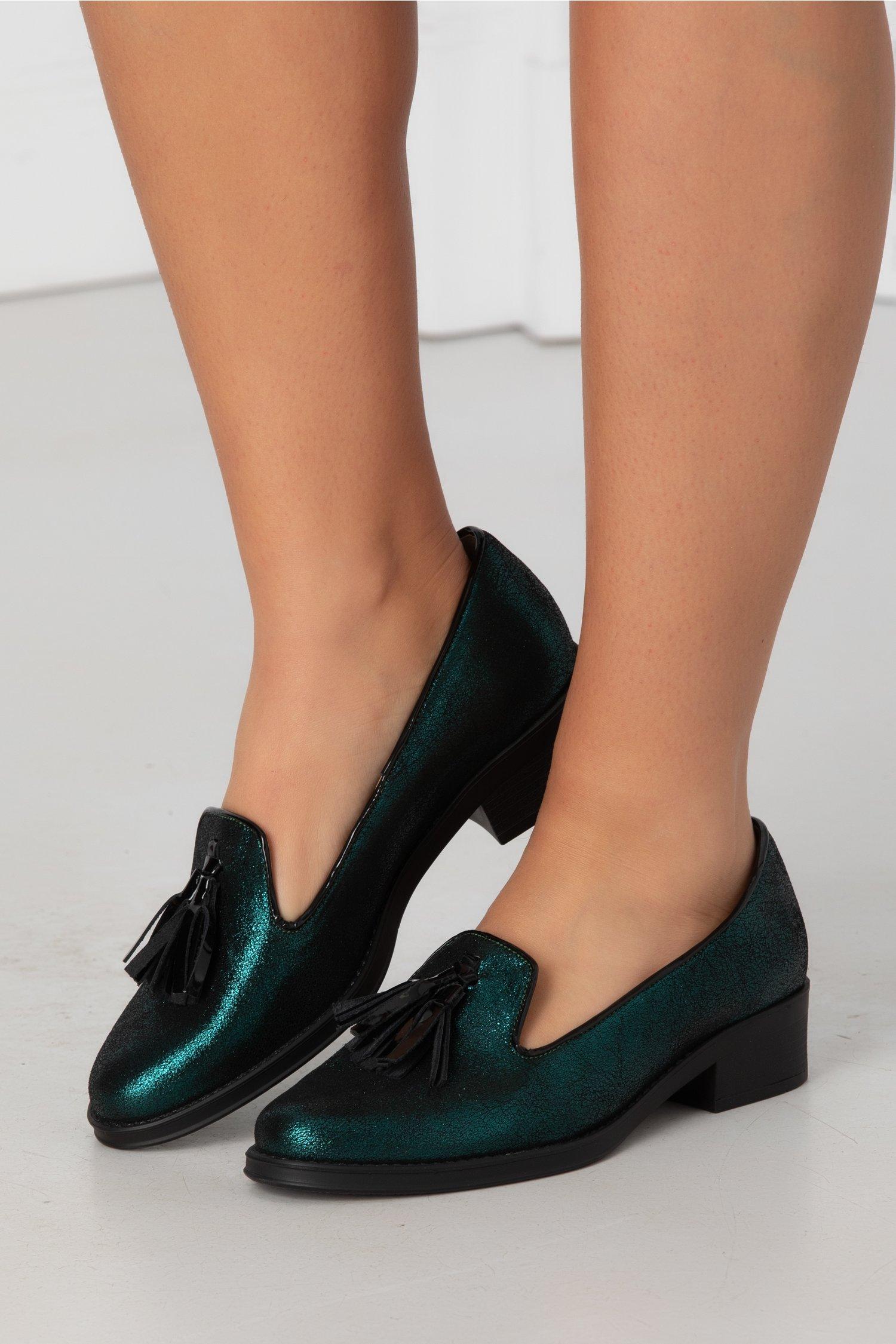 Pantofi verde metalizat cu talpa joasa si ciucure