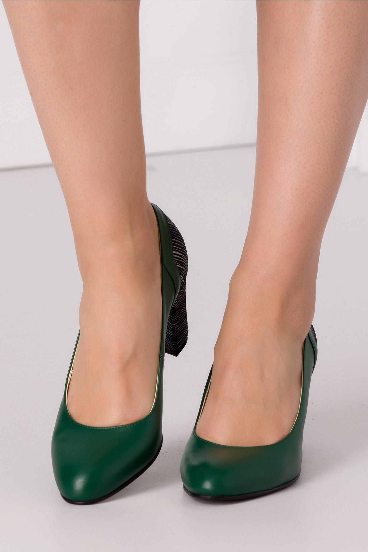 Pantofi verzi cu imprimeu multicolor in spate