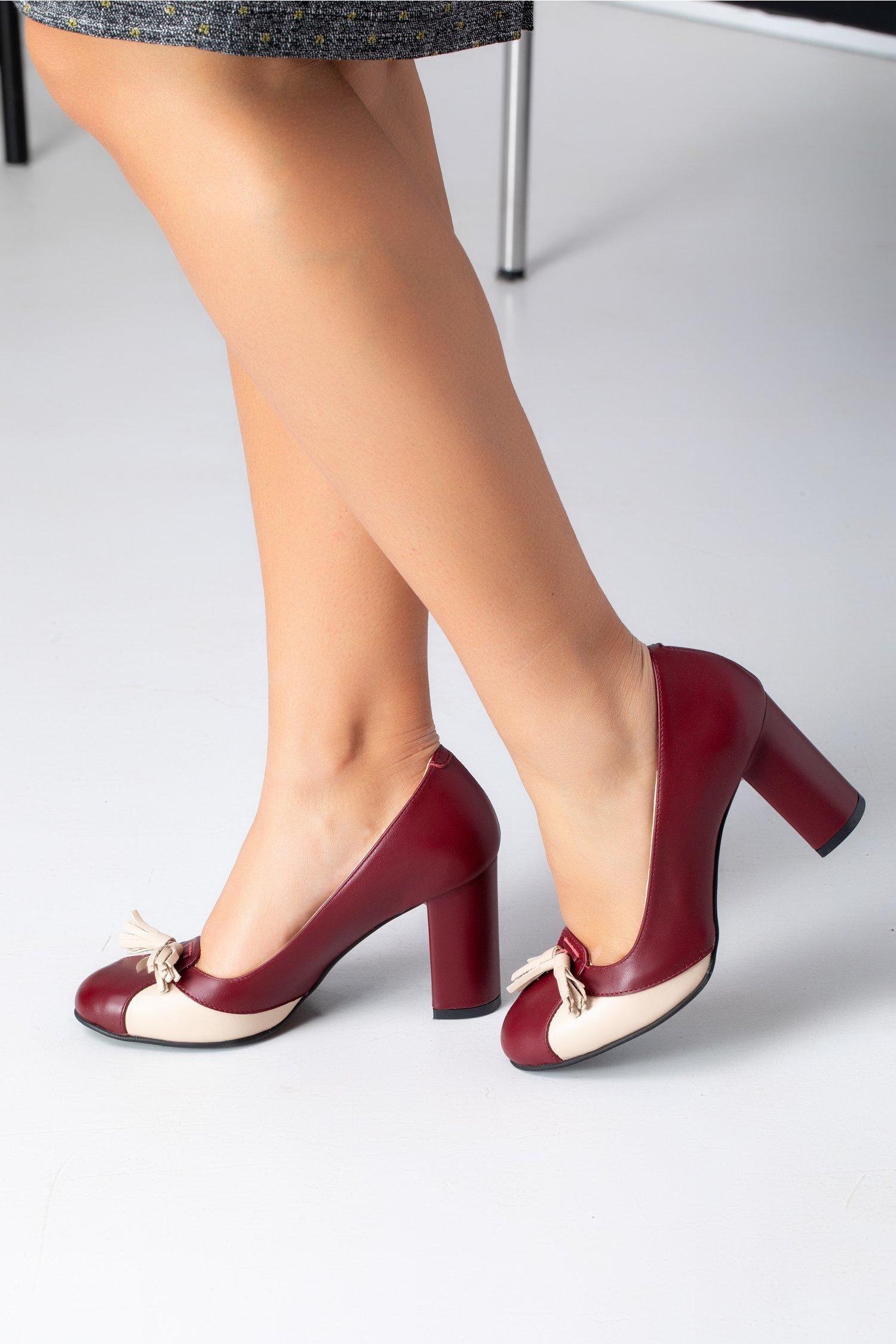 Pantofi visinii cu detalii si ciucurei nude