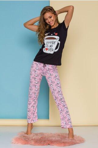 Pijama Coffee cu tricou negru si pantaloni roz cu imprimeu
