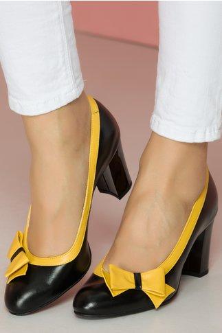 Pantofi negri cu fundita galbena pe o parte a varfului