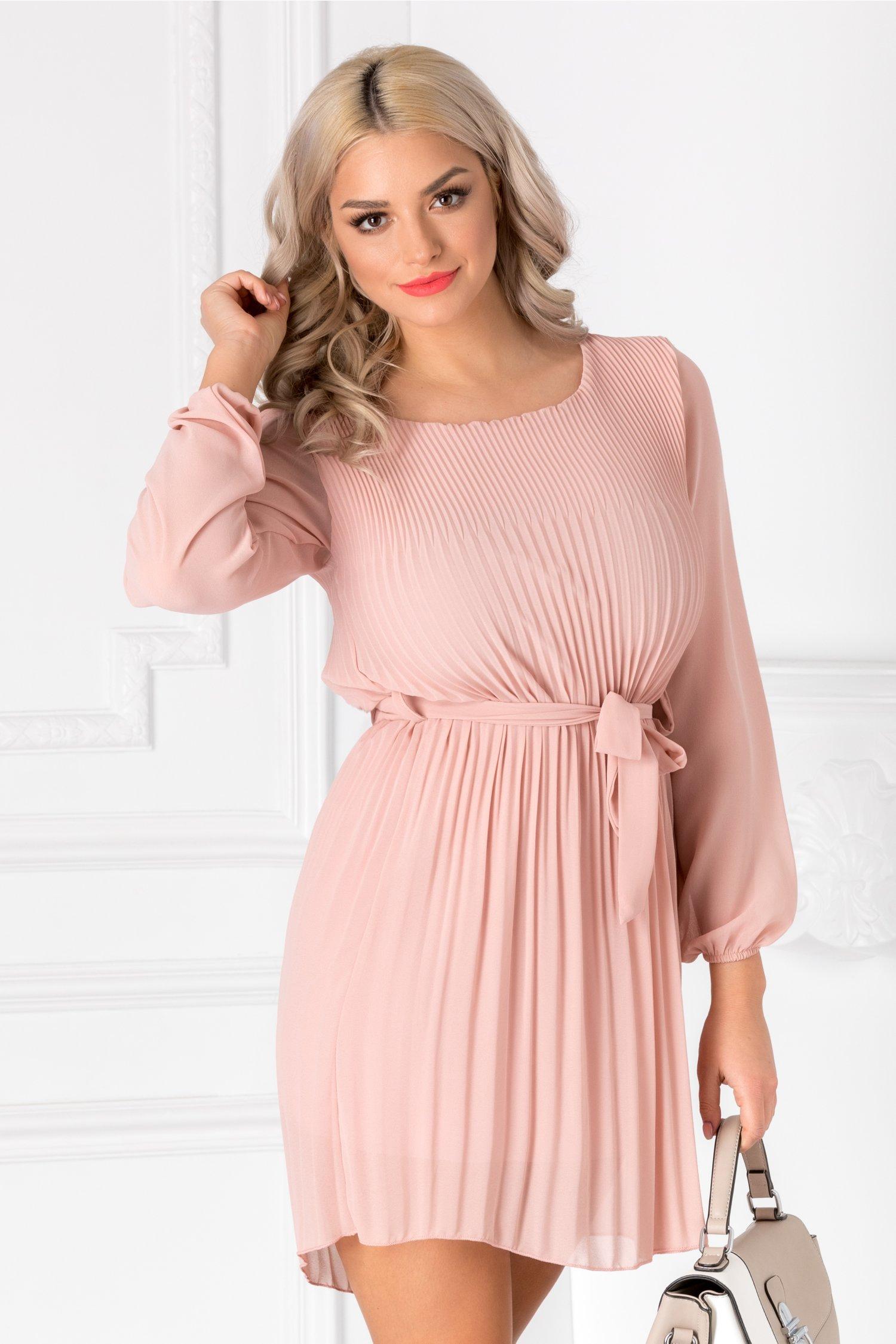 Rochie Alma roz prafuit usor plisata cu cordon in talie