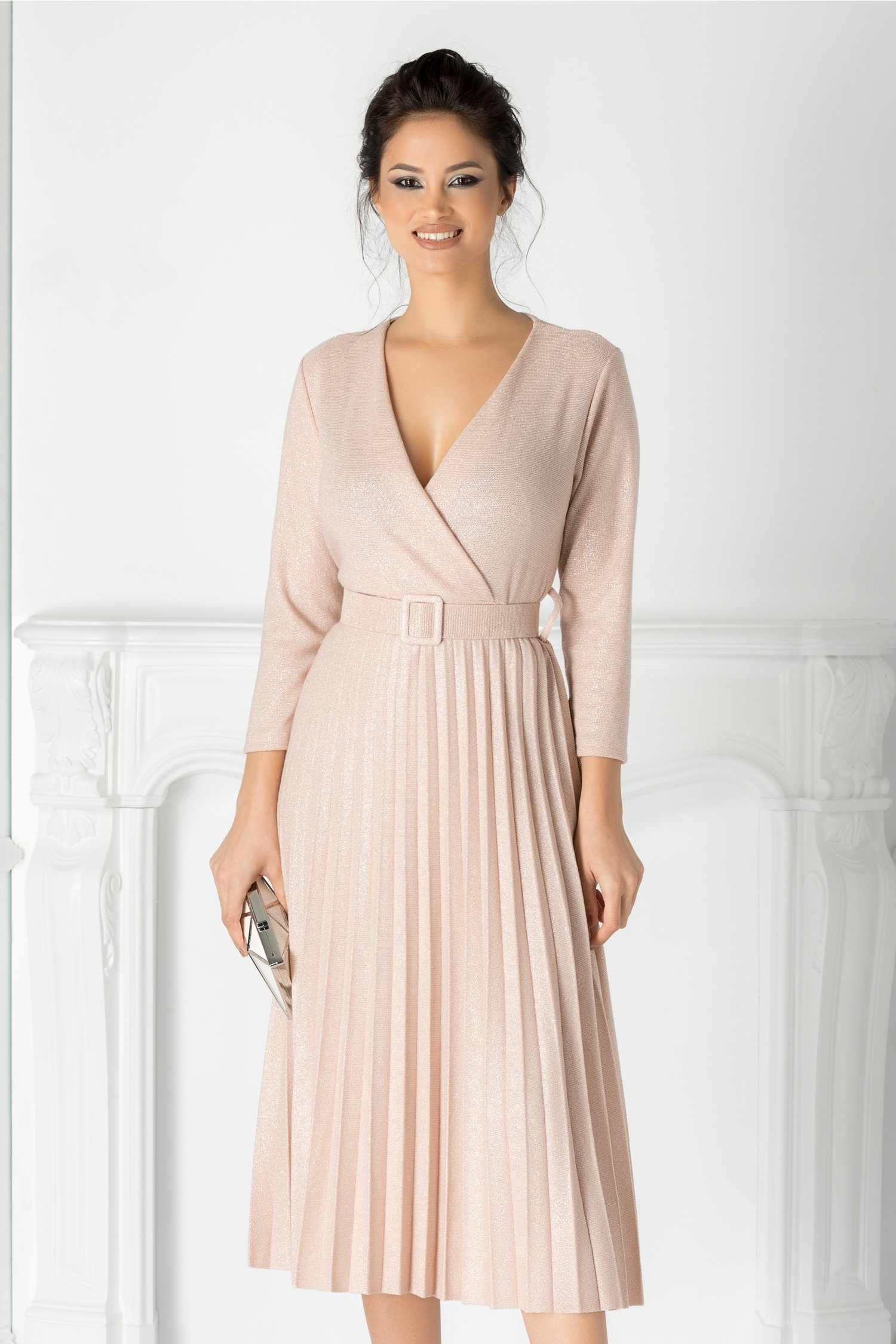 Rochie Carla roz plisata cu decolteu petrecut