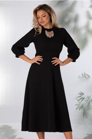 Rochie Carmen neagra cu decolteul decorat cu perlute si strasuri