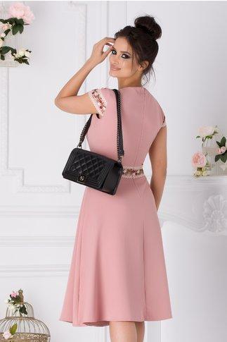 Rochie Coco roz cu broderie florala in talie si la maneci