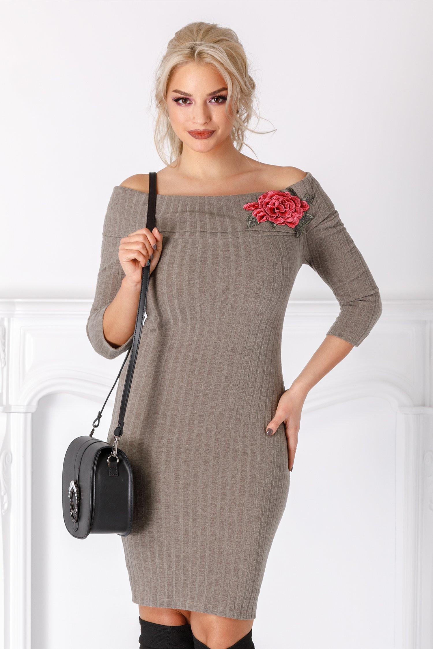 Rochie Emilia kaki din tricot cu trandafir brodat