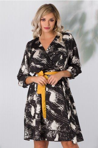 Rochie Emily neagra cu imprimeu alb abstract si cordon galben in talie