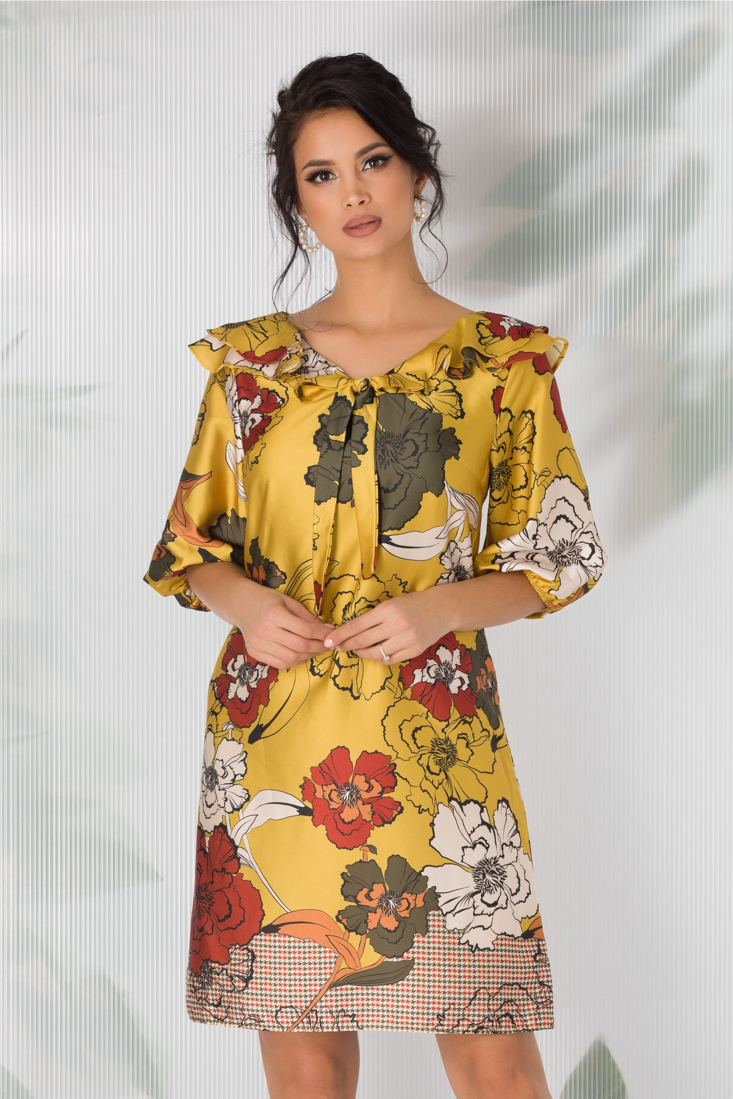 Rochie Hemani galbena cu imprimeu floral si volanase la decolteu