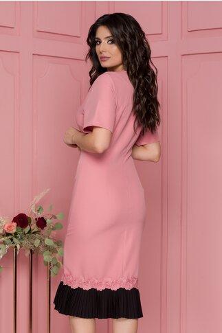 Rochie Huelva roz prafuit cu negru si accesorii la baza gatului
