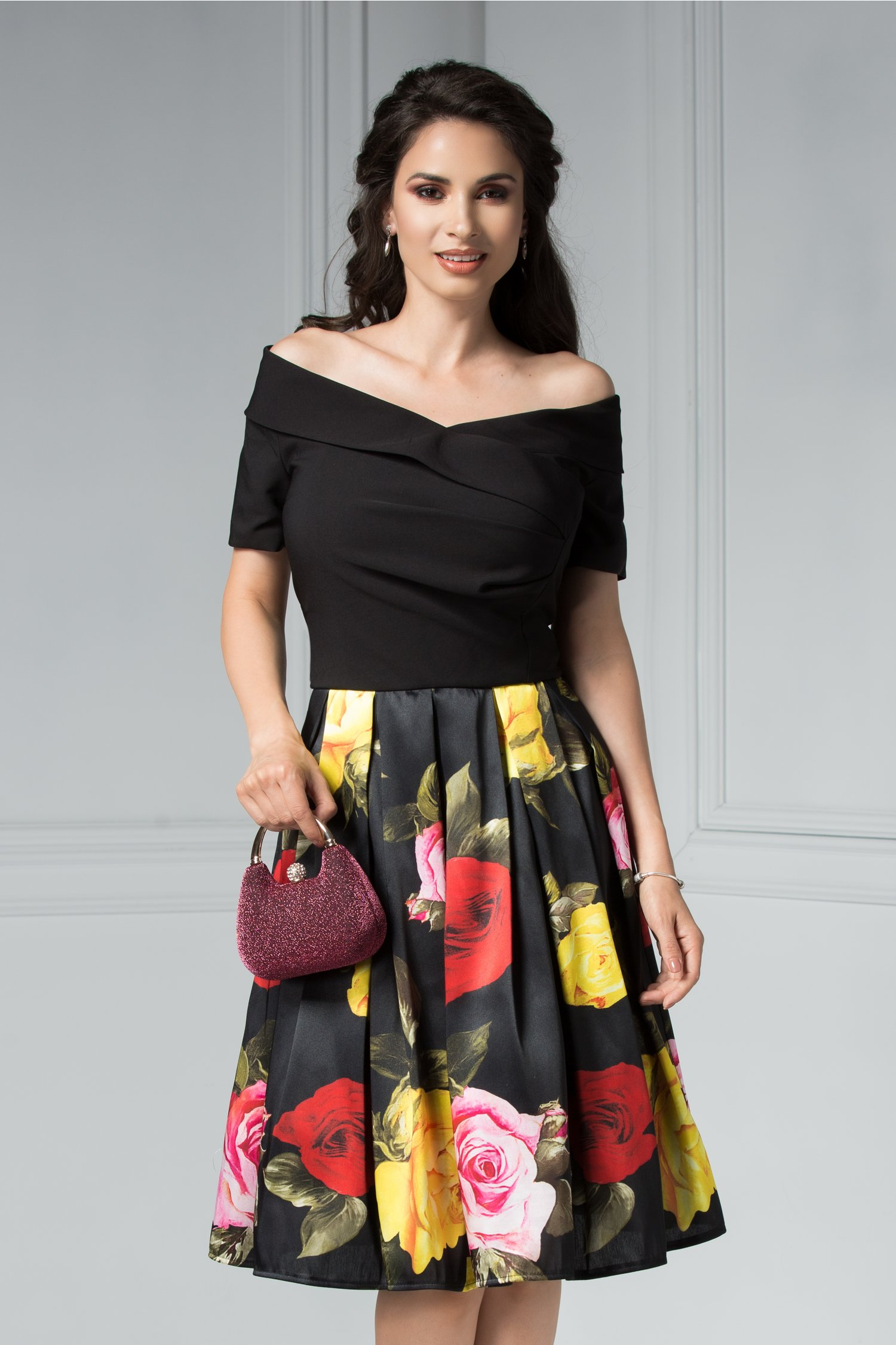 Rochie Kristie neagra midi cu imprimeu cu trandafiri