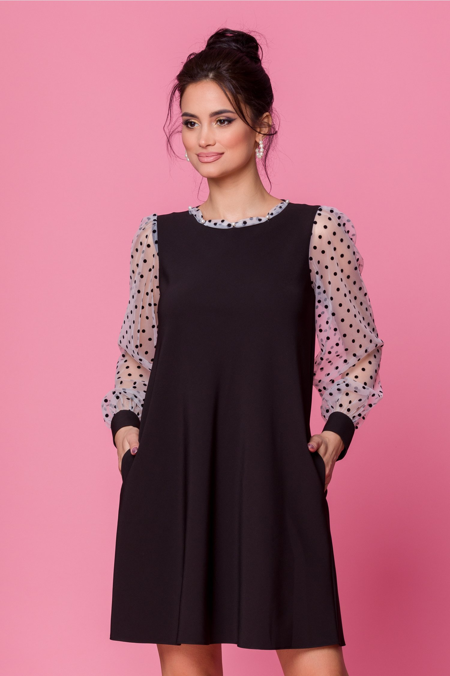 Rochie LaDonna neagra accesorizata cu tull alb si insertii din catifea